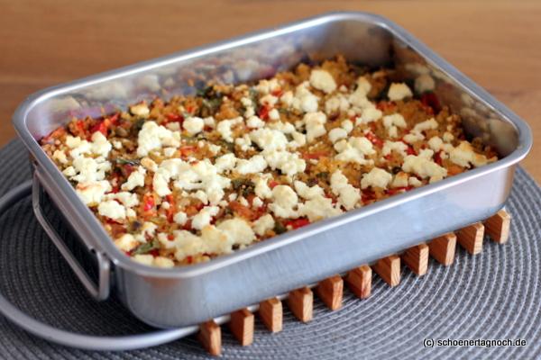 Bulgur-Auflauf mit Spitzpaprika, Datteln und Feta