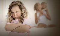 Annesi tarafından sevilen diğer kız kardeşini kıskanan kıskanç kız çocuğu