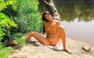 Обнаженная, девушка, загорелая, тело, грудь, пися, поза, ножки, сидит, берег, песок, речка, трава, природа