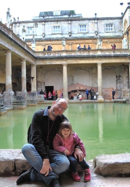 Paco y Helia en los Roman baths de Bath