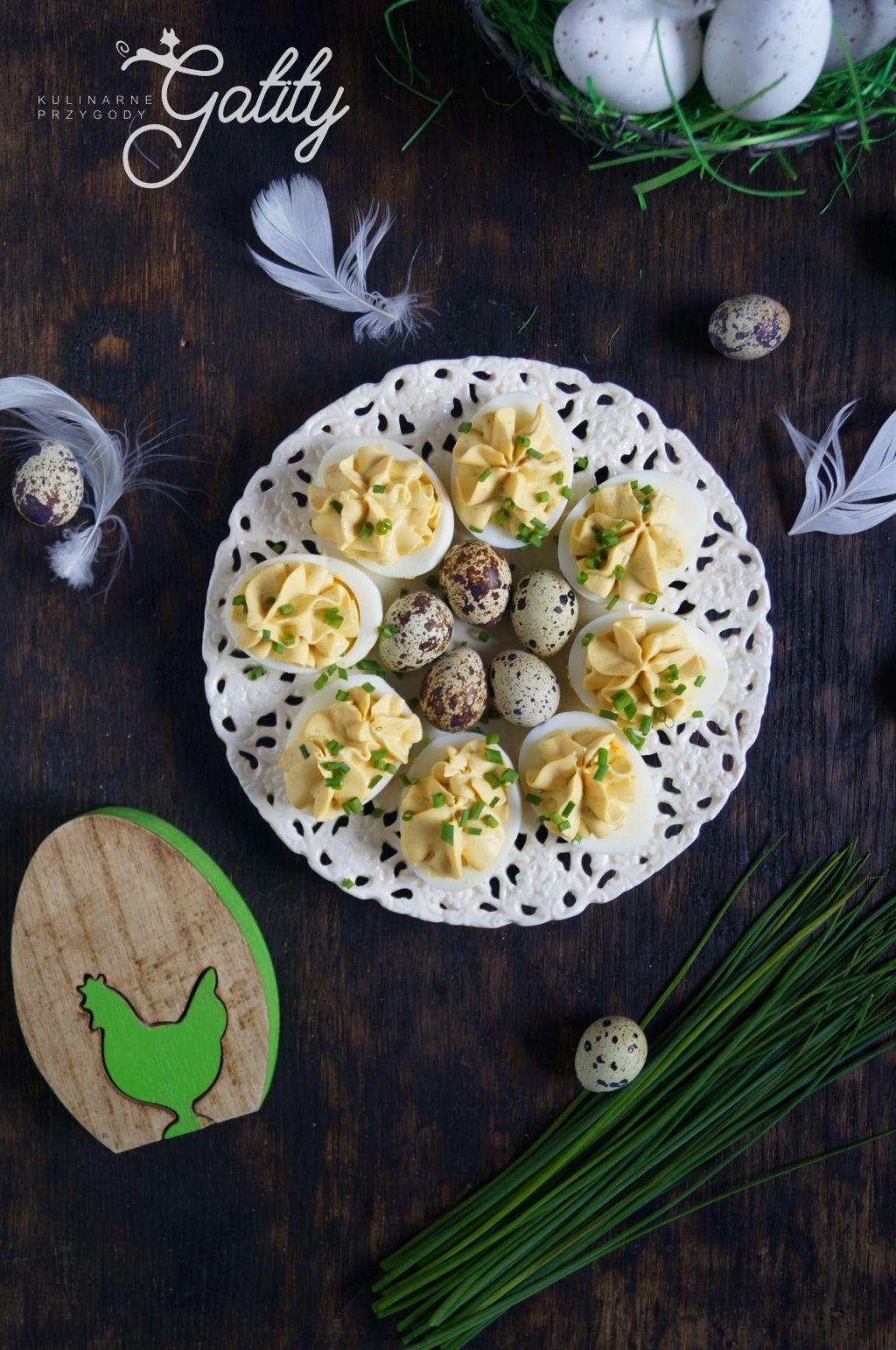 zolte-jajka-na-bialym-talerzu