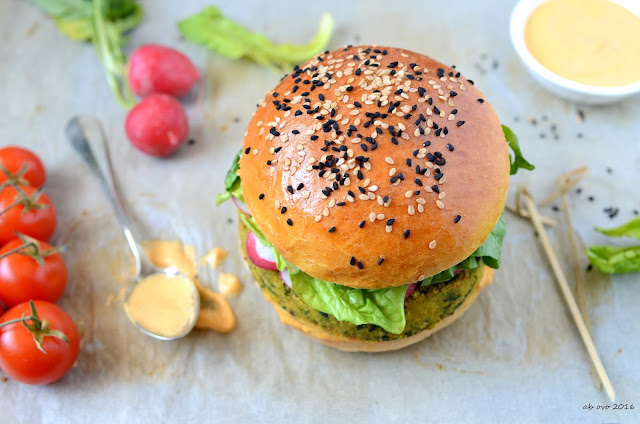 burger-di-ceci-e-spinaci-con-salsa-alla-harissa