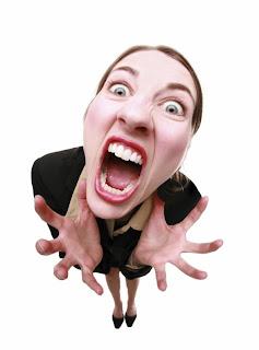 Mulher gritando porque teve a conta invadida.