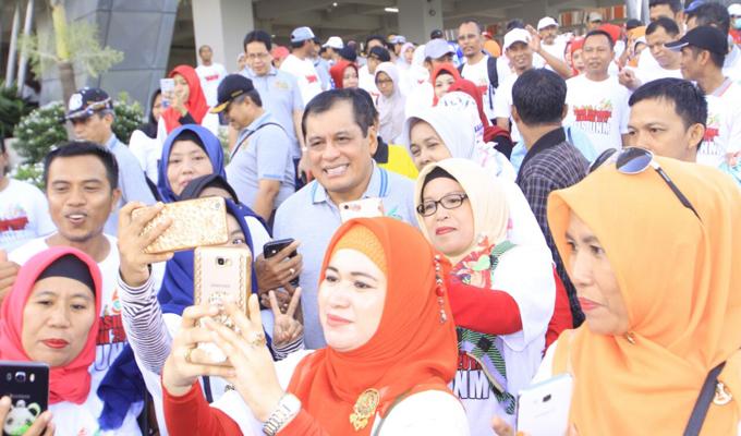 Jalan Santai UNM, Alumni Rebutan Foto Bareng NH