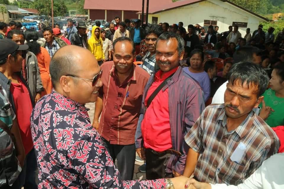 Bupati Taput Nikson Nababan memberikan Alsintan di halaman Kantor UPTD Dinas Pertanian Tapanuli Utara, Kecamatan Sipohololon.