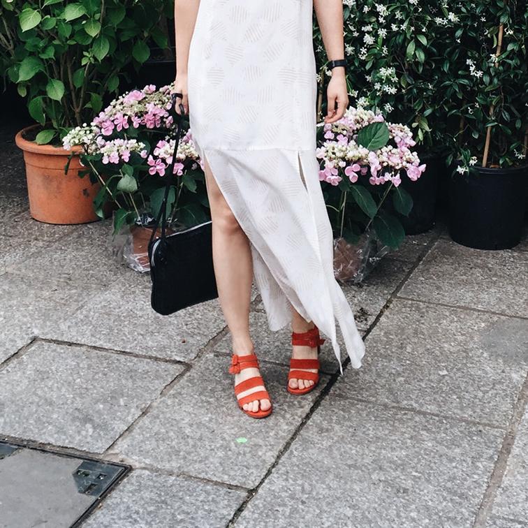 Cienne New York Frankie Dress, Marais USA Jardin Heels, Bottega Veneta bagt, Helene Heath in Paris