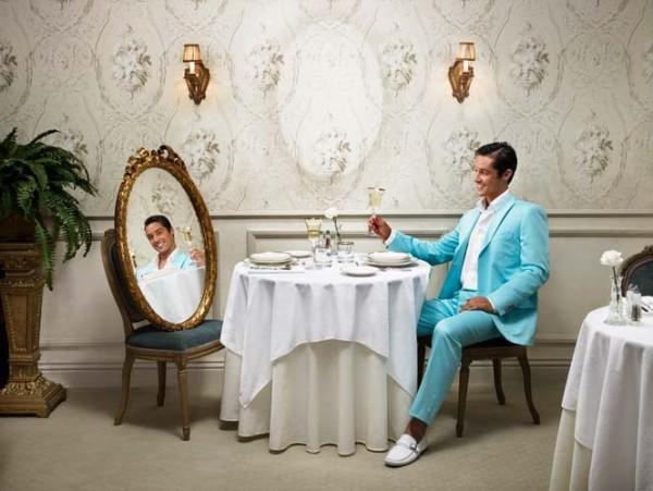 Persona insegura y narcisista contemplandose en el espejo