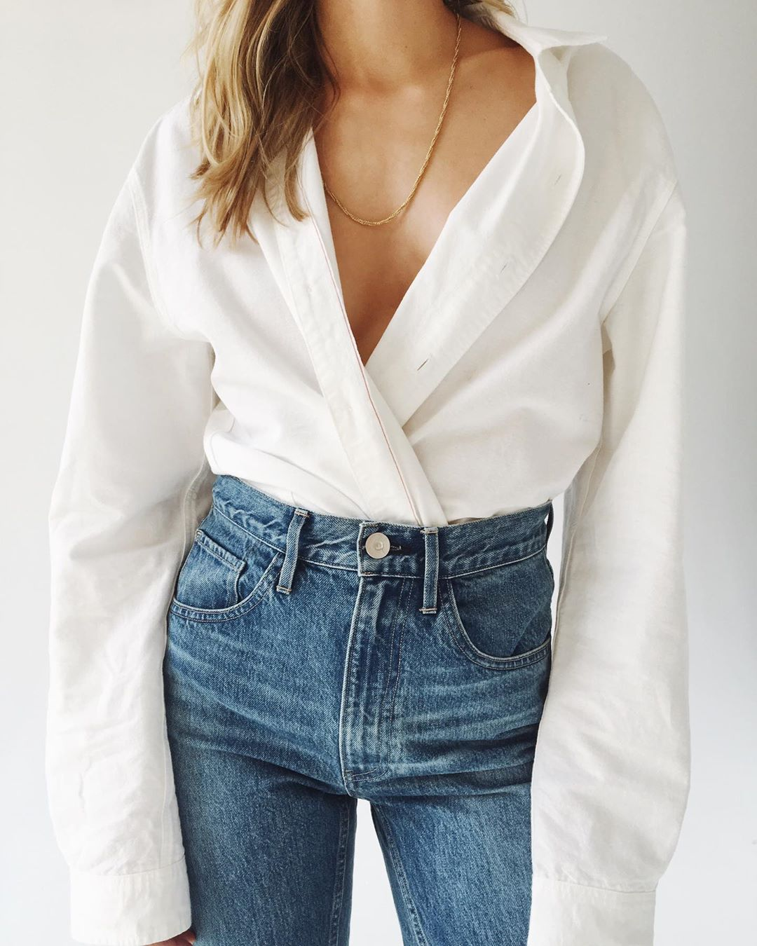 Stylish 3-Piece Denim Outfit Inspiration — White Shirt, High-Waisted Jeans, and a Gold Chain