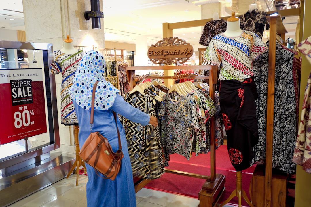 Memilih-milih batik tulis di sebuah pameran batik nusantara