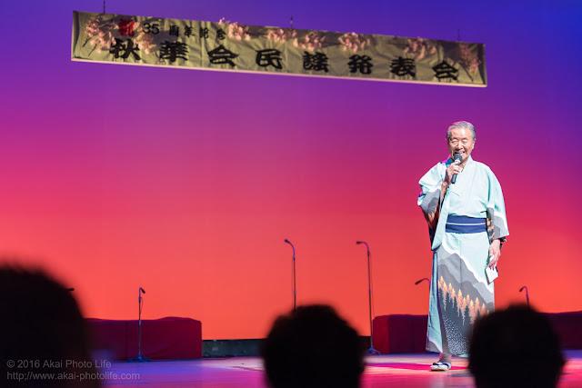 秋華会民謡発表会で歌をうたった着物を着た男性の写真