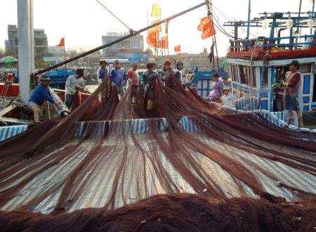 Cảnh ngư dân rửa lưới hấp dẫn những du khách đến từ đất liền.