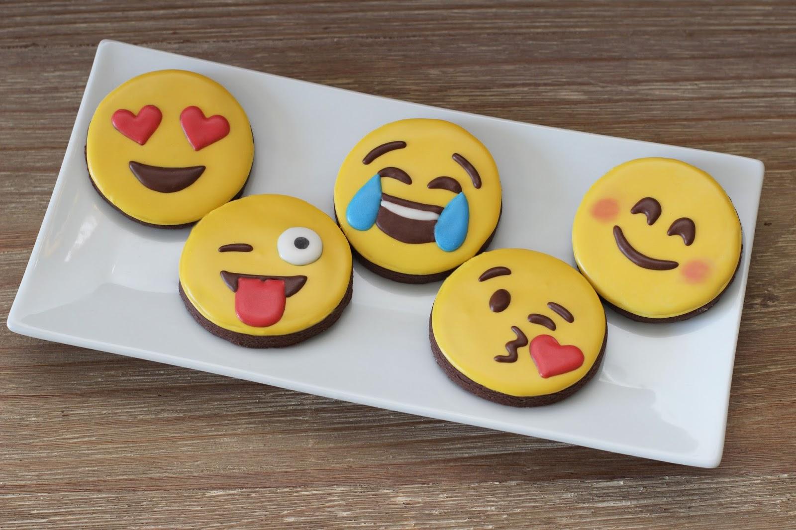 The Sugar Bee Bungalow: {Sugar Bee} Emoji Cookies
