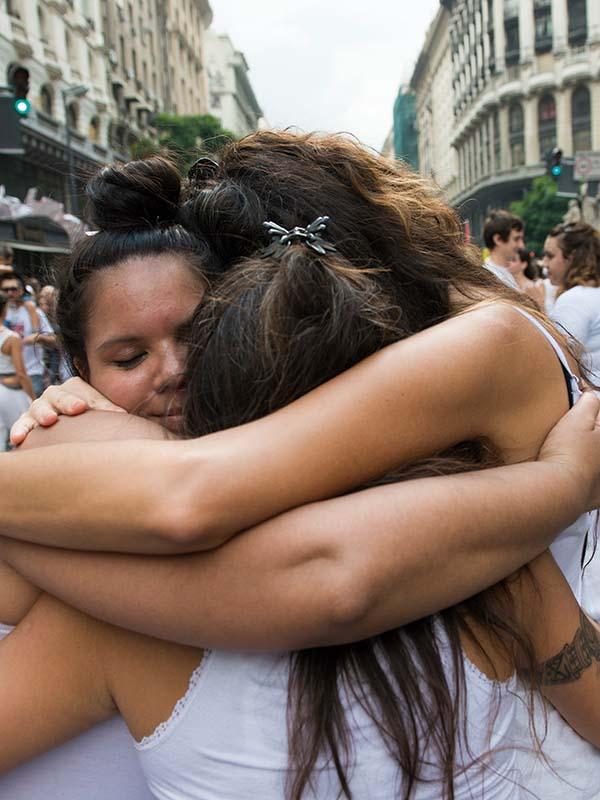 Tres mujeres jóvenes se abrazan