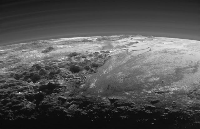 Plutão - 14 de julho de 2015 - a 18.000 km da superfície - área de 380 km e montanhas de até 3.500 metros