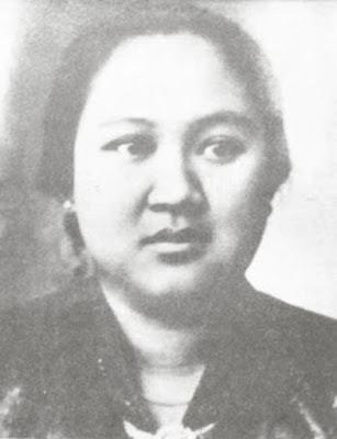 Biografi Dewi Sartika   Raden Dewi Sartika adalah seorang tokoh wanita pelopor pendidikan yang ada di Indonesia. Ia berjuang keras dalam mewujudkan pendidikan yang layak bagi kaum wanita pada saat itu, yang di mana pada saat itu wanita masih belum mendapatkan pendidikan yang layak sehingga menyebabkan kaum wanita pada saat itu sering dipandang remeh oleh kaum laki-laki yang berpendidikan tinggi.  Dewi Sartika lahir pada tanggal 4 Desember di Bandung, Jawa Barat. Orang tuanya berasal dari priyayi Sunda, yang bernama Raden Somanagara dan Raden Ayu Rajapermas. Ayahnya merupakan pejuang kemerdekaan pada masa itu. Kedua orang tuanya bersikeras untuk menyekolahkannya Sartika di Sekolah Belanda walaupun hal tersebut bertentangan dengan budaya adat pada waktu itu.  Saat menjadi patih di Bandung, Raden Somanagara menentang Pemerintah Hindia-Belanda, yang menyebabkan istrinya dibuang di Ternate. Dewi diasuh oleh pamannya yang merupakan kakak dari ibunya, yang bernama Arya yang pada saat itu menjabat sebagai Patih di Cicalengka. Ia diasuh oleh pamannya lantaran ayahnya meninggal dunia dan juga ibunya yang telah diasingkan ke Ternate.  Setelah ayahnya tiada, pamannya yang merupakan patih Cicalengka mengambil Dewi Sartika untuk dirawat. Dari pamannya ini juga lah ia mendapatkan berbagai ilmu tentang kesundaan. Selain dari
