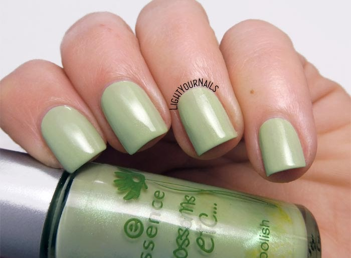 Smalto olografico nude rosa Smalto verde menta Essence A Hint of Mint (Blossoms Etc. TE) mint green nail polish
