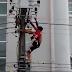 Choc: il se fait électrocuter sur un poteau électrique (vidéo)