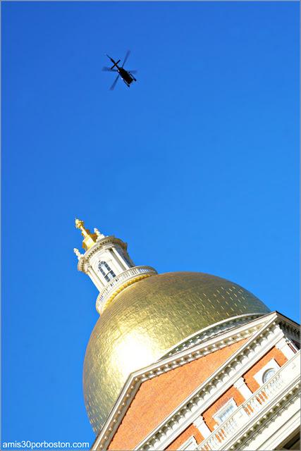 Uno de los Helicópteros volando sobre la Cúpula del Massachusetts State House durante el Desfile de los New England Patriots