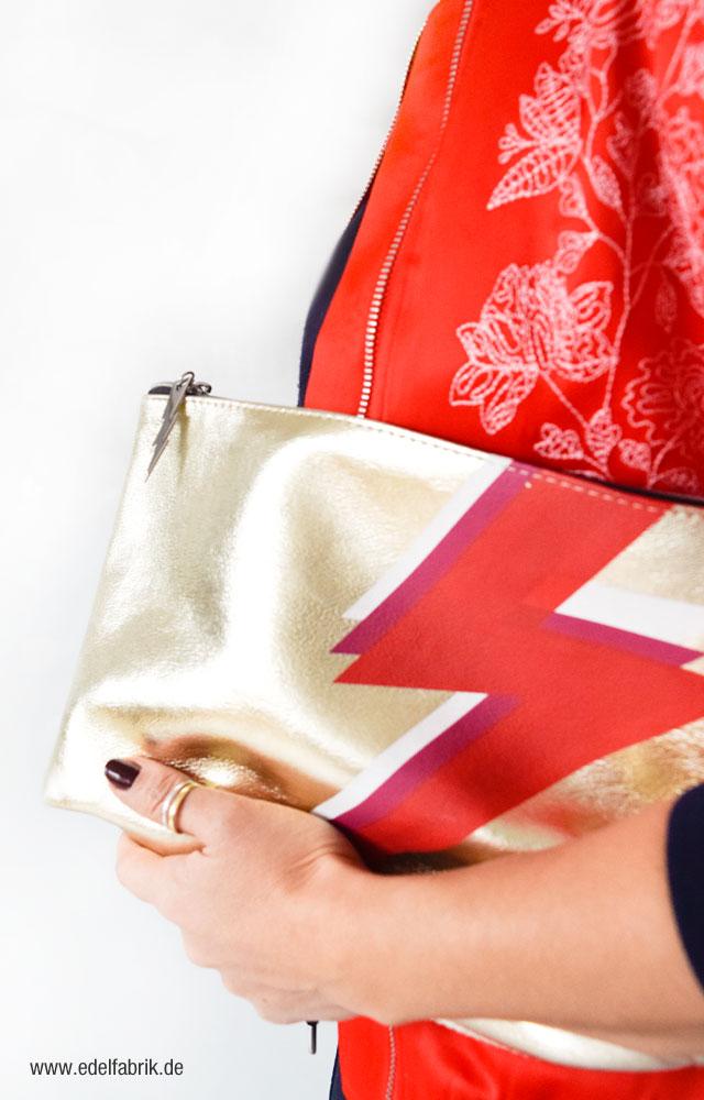 Goldene Clutch mit Print, Pilotenjacke von H&M