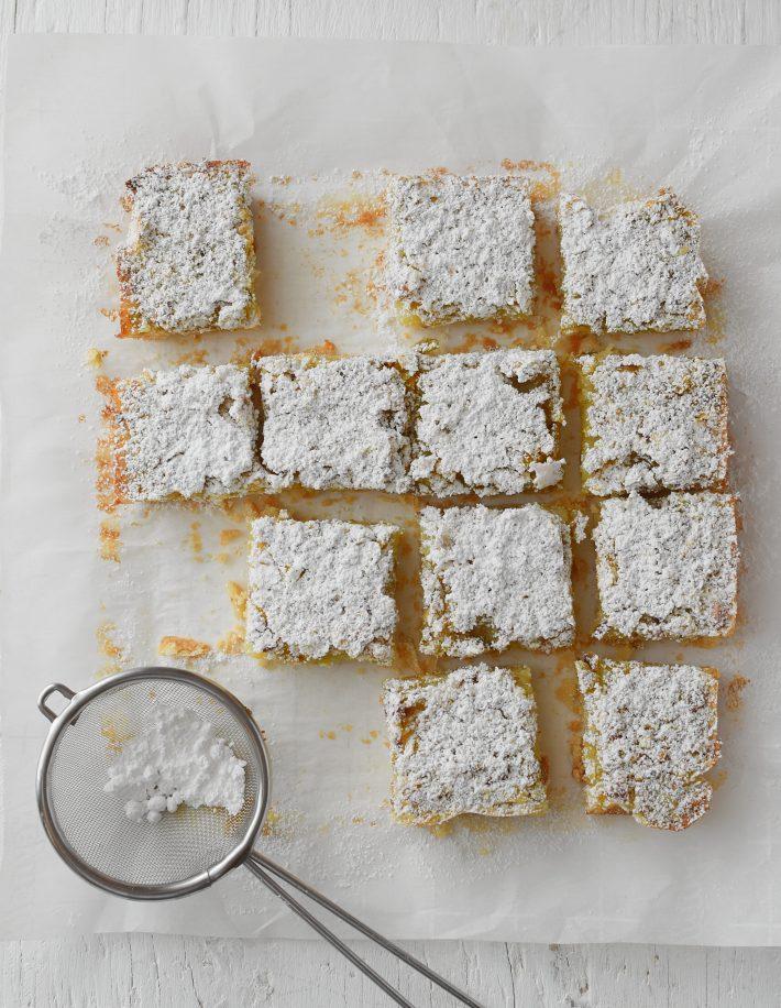 Barritas de limón con pistachos, se decoran con azúcar glass