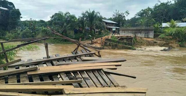 Jembatan Mentawai di Rokan Hulu Hanyut Diterjang Banjir, Warga Empat Desa Terisolir