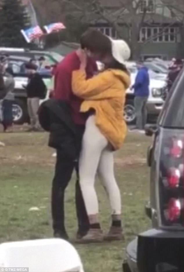 Malia-Obama-Rory-Farquharson-kissing