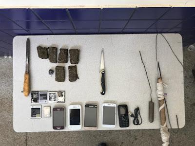 Facas, celulares e maconha são encontrados durante revista na delegacia de Inhambupe