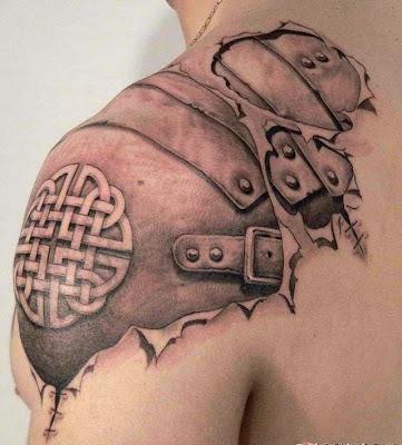 Tatuaje de Hombro  con parte de armadura.