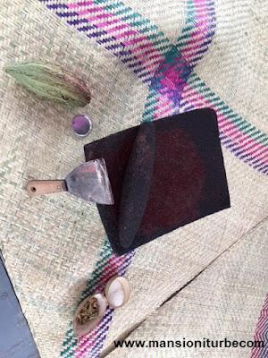 Cacao molido en el metate para hacer Chocolate, en Comali Festival de la Cocina Mexicana