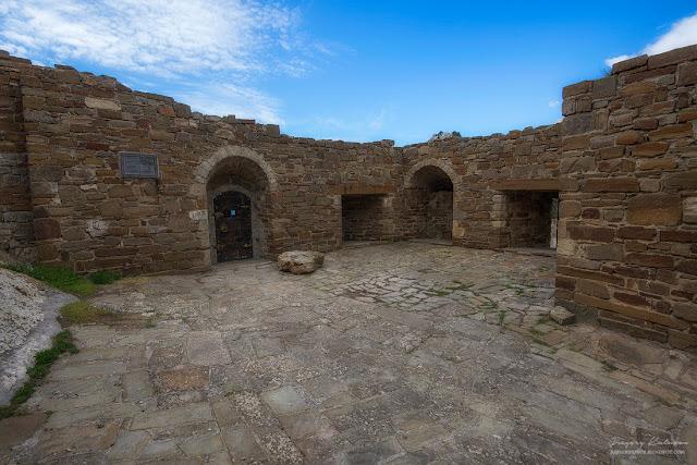 Остатки сооружений. Судакская крепость, Крым.