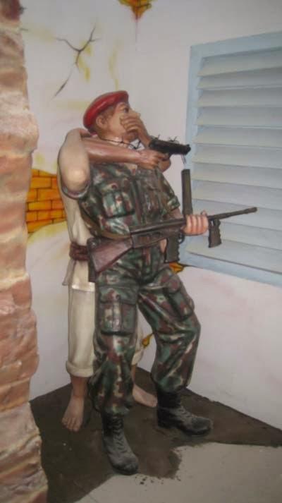 patung tentara disergap