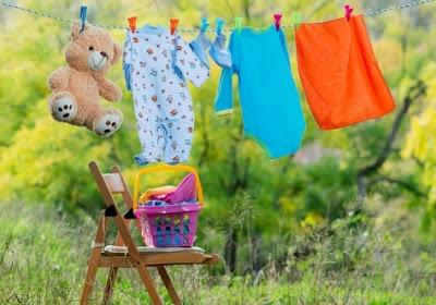 mencuci pakaian bayi