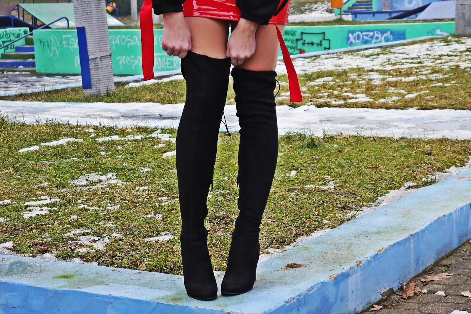 2_bluza_czarna_nadruk_spodnica_lakierowana_kozaki_renee_karyn_blog_modowy_280118asw