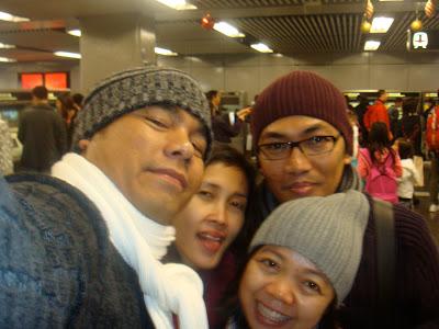 foto bersama teman-teman di hongkong