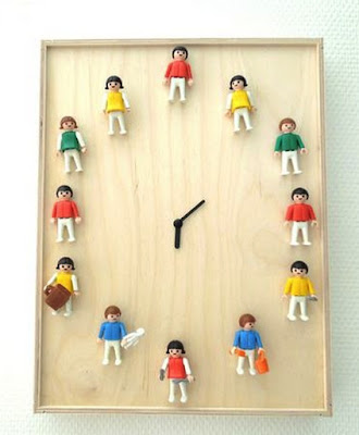 clásicos muñequitos de playmobil  en un reloj.