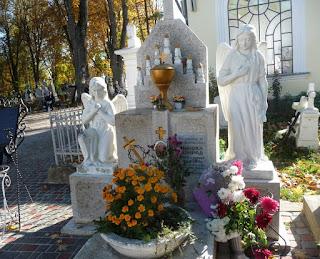 Страдч. Могила блаженного Николая Конрада и памятник ему