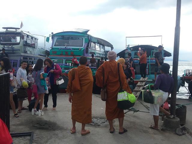 Para Biksu terlihat dipelabuhan Parapat