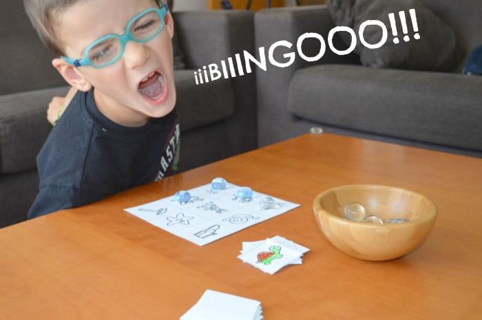 juego para adquirir conciencia fonológica: bingo de rimas, niño jugando