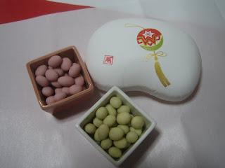 つるし飾りの箱と紅白豆