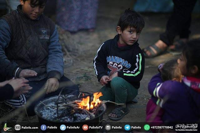 بالصور  أطفال يلعبون خارج منزلهم في بيت لاهيا