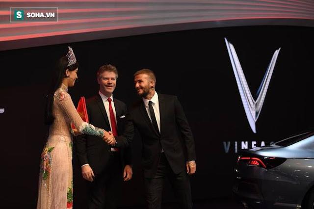 Danh thủ người Anh bắt tay Hoa hậu Trần Tiểu Vy