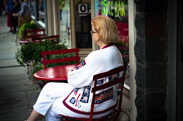 žena_ve_stylizovaným_patriotickým_svetru
