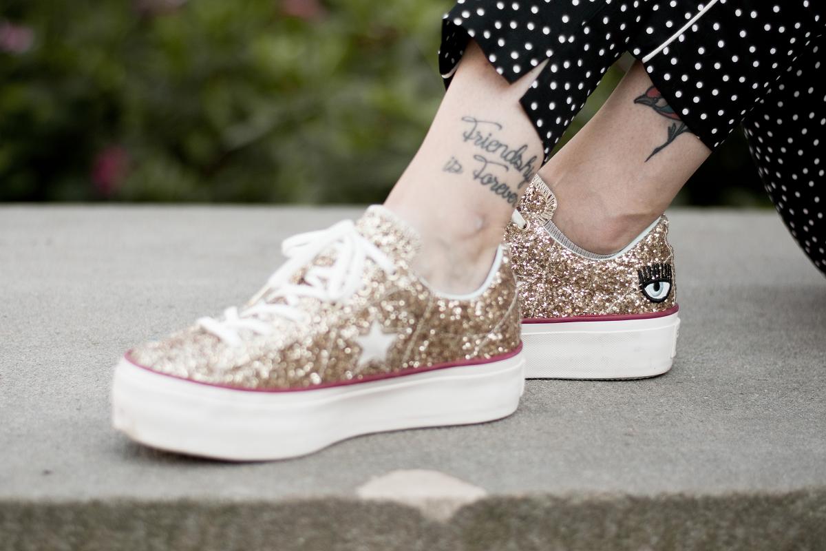 Złote buty z brokatem