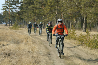Велосипедисты на грунтовке