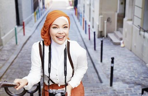 Inspirasi Gaya Hijab Dewi Sandra Kini Jadi Trend Fashion Lho!