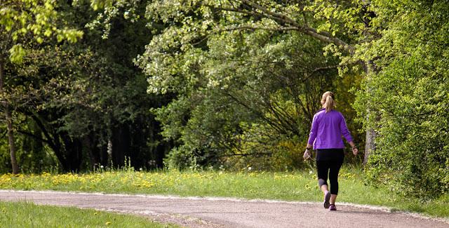 """امرأة تروي تجربتها: """"هذا ما حدث لي بعد ممارسة المشي قبل الأكل!"""""""
