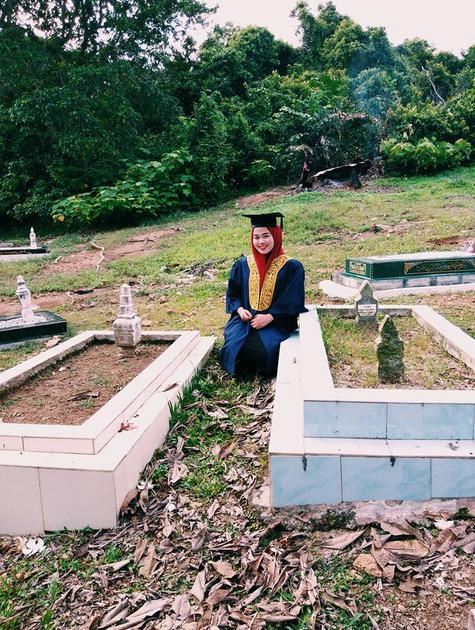 Cerita Gadis Bertoga Berfoto di Makam Kedua Orangtuanya jadi Viral