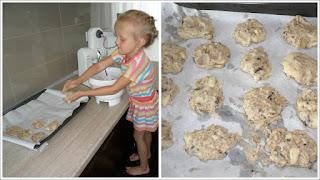 Wspólne kucharzenie. Przepis na ciastka z bananami i czekoladą.Pani domowa