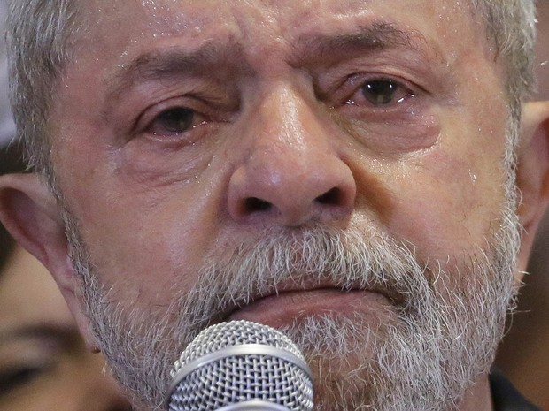 Lula diz que se entrega a pé se provarem corrupção e chora
