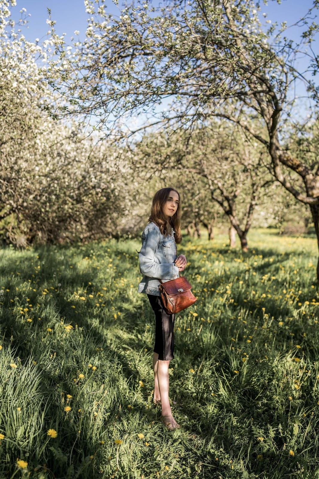 Summer outfit inspiration, apple blossoms, garden - Kesäasu, inspiraatio, muotibloggaaja, kukkivat omenapuut, omenapuutarha